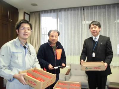 寄付のいちごを持つJAあいち中央いちご部会様と社協事務局長