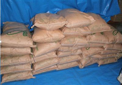 倉庫に高く積まれた米袋画像