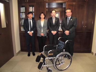 車いすを前にして、朝日生命担当者様、小川の里担当者様が並んで立っている画像